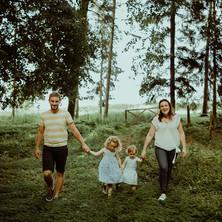 Photographe à Troyes, séance photo d'une famille qui se promène main dans la main