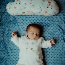 Photographe à Troyes, séance photo naissance nouveau-né originale avec un petit nuage à domicile