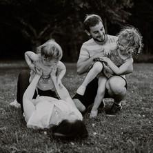 Photographe à Troyes, séance photo en famille à domicile en noir et blanc