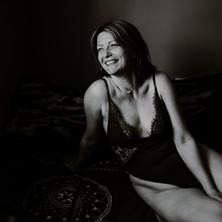 Photographe à Troyes, séance photo intimiste à domicile, sourire, noir et blanc