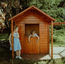 Photographe à Troyes, séance photo pour enfants de deux soeurs dans leur cabane en bois
