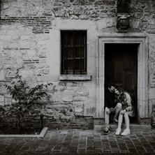 Photographe à Troyes, séance photo de couple qui rit en noir et blanc
