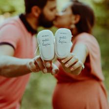 Photographe à Troyes, séance photo grossesse d'un couple avec chaussons de bébé