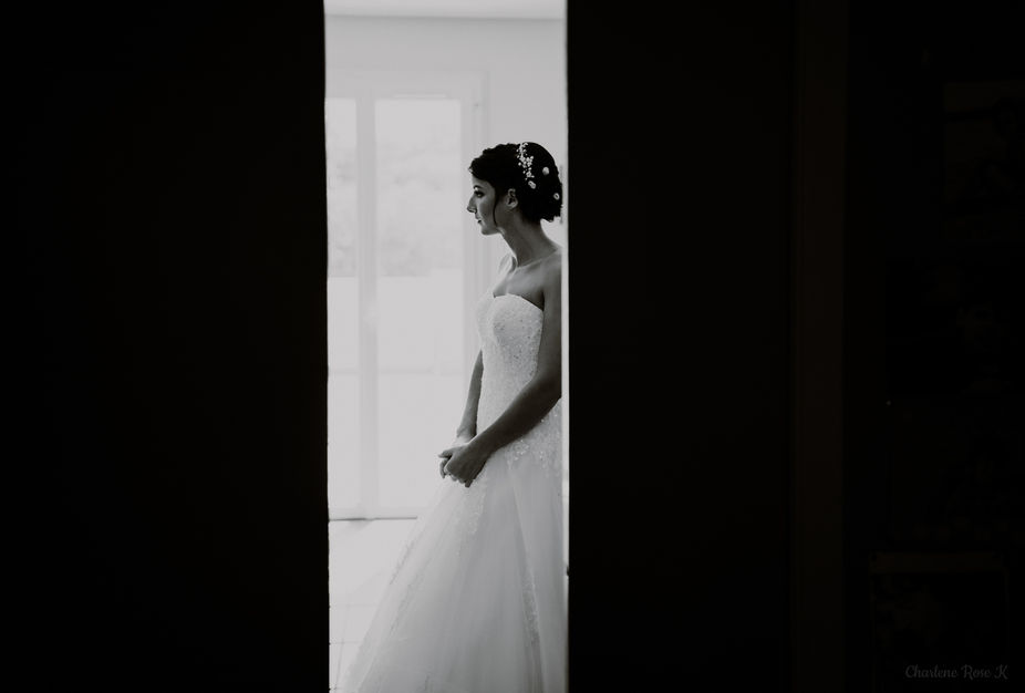 Préparatifs de la mariée en noir et blanc