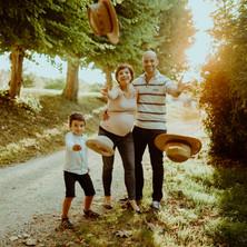 Photographe à Troyes, séance photo grossesse en famille et lancer de chapeaux