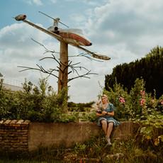Photographe à Troyes, Portrait de femme devant l'avion de l'Exo 7 à Allibaudières