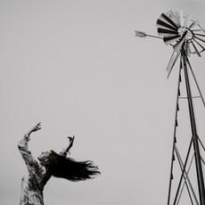 Photographe à Troyes, Portrait artistique de femme qui danse en noir et blanc