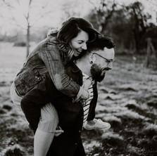 Photographe à Troyes, séance photo de couple qui rigole en noir et blanc