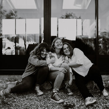Photographe à Troyes, séance photo mère et filles à domicile en noir et blanc