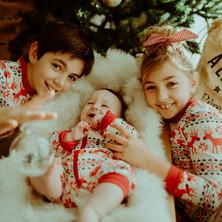 Photographe à Troyes, séance photo d'une fratrie en pyjama à Noël