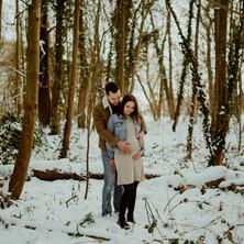 Photographe à Troyes, séance photo grossesse d'un couple en hiver dans la forêt sous la neige