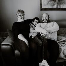 Photographe à Troyes, séance photo d'une famille avec le chien dans le canapé en noir et blanc
