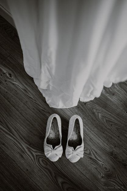 Chaussures et robe de mariée en noir et blanc