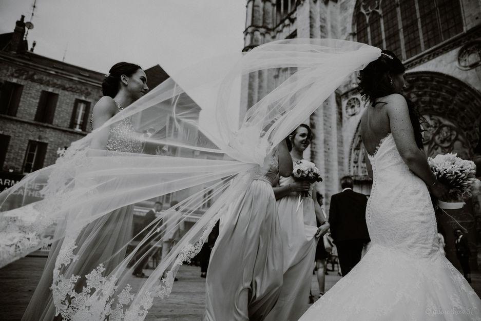 Voile de la mariée au vent devant la Cathédrale Saint-Etienne de Sens