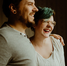 Photographe à Troyes, séance photo de couple lifestyle à domicile rire et naurel