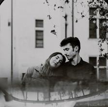 Photographe à Troyes, séance photo de couple artistique avec reflet en noir et blanc