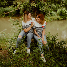Photographe à Troyes, Séance photo entre copines près d'un arbre, moment de complicité et de fun !