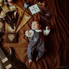 Photographe à Troyes, séance photo naissance nouveau-né mise en scène artistique à domicile