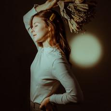 Photographe à Troyes, Portrait de femme en studio avec des fleurs