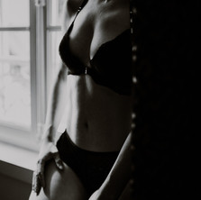 Photographe à Troyes, séance photo intimiste à domicile, détail lingerie en noir et blanc