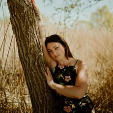 Photographe à Troyes, Portrait de femme près d'un arbre