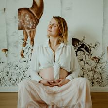 Photographe à Troyes, séance photo grossesse future maman dans la chambre en attendant bébé