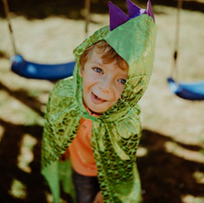 Photographe à Troyes, séance photo enfant déguisé en dragon qui tire la langue