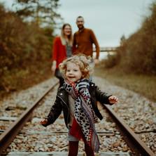 Photographe à Troyes, séance photo lifestyle en famille à l'automne sur les voies de chemin de fer
