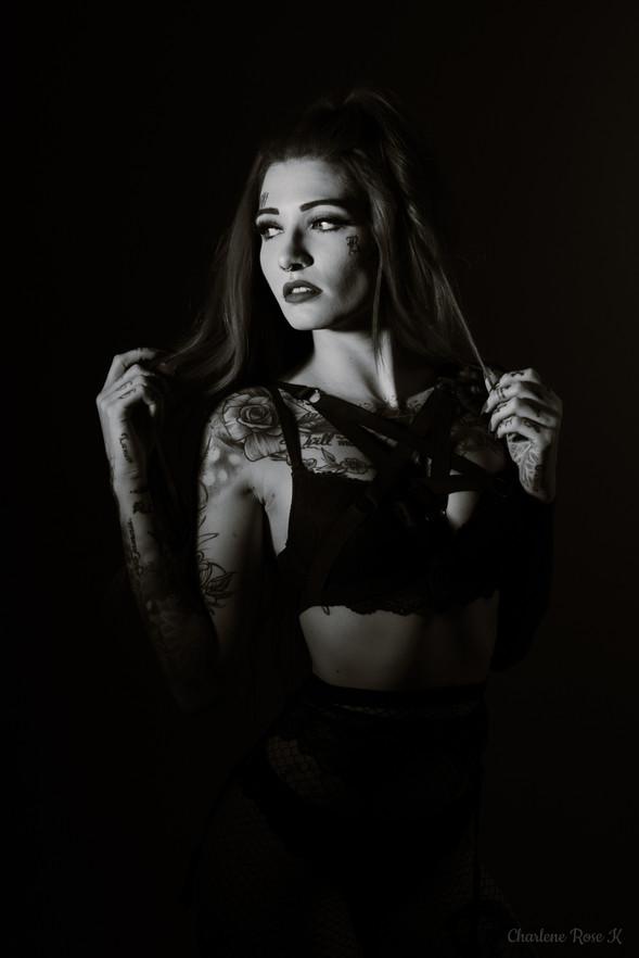 seance,photo,troyes,boudoir,intimiste,femme,bodypositive,noir,blanc,sensualité,studio,charlene,rose,k