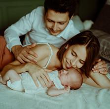 Photographe à Troyes, séance photo naissance nouveau-né avec papa et maman à domicile
