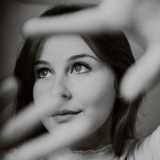 Photographe à Troyes, Portrait de femme avec mains devant le visage