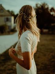 Le dos de la mariée au coucher de soleil