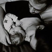 Photographe à Troyes, séance photo naissance nouveau-né en famille à domicile en noir et blanc