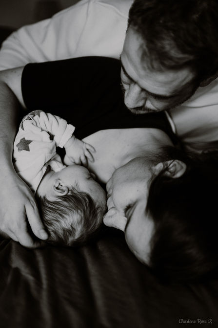 photographe,troyes,bébé,naissance,nouveau,né,famille,domicile,lifestyle,noir,blanc,bisou,charlene,rose,k
