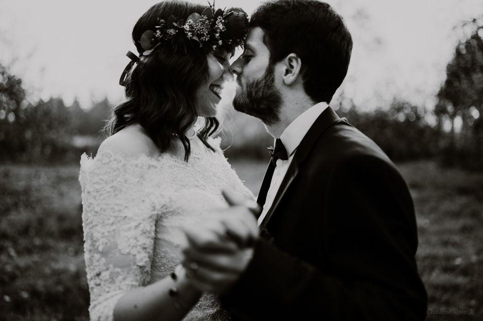 Couple de mariés qui s'enlace en noir et blanc
