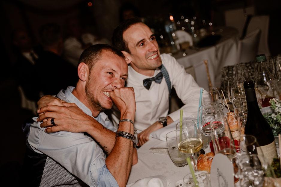 Couple de mariés gay pendant la soirée de mariage