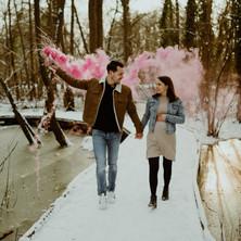Photographe à Troyes, séance photo grossesse d'un couple en hiver dans la forêt sous la neige avec des fumigènes