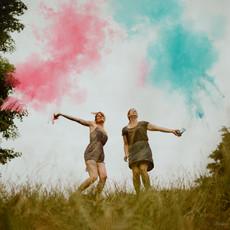 Photographe à Troyes, Séance photo entre copines avec des fumigènes, moment de complicité et de fun !