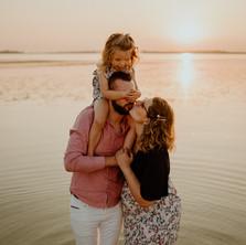 Photographe à Troyes, séance photo grossesse lifestyle en famille, au lac de Mesnil Saint Père au coucher de soleil