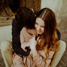 Photographe à Troyes, séance photo de couple qui rigole et s'enlace en extérieur