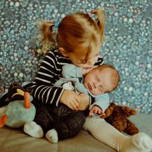 Photographe à Troyes, séance photo naissance nouveau-né avec sa grande soeur à domicile
