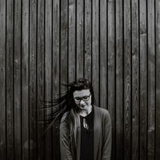 Photographe à Troyes, Portrait de femme devant un mur en noir et blanc