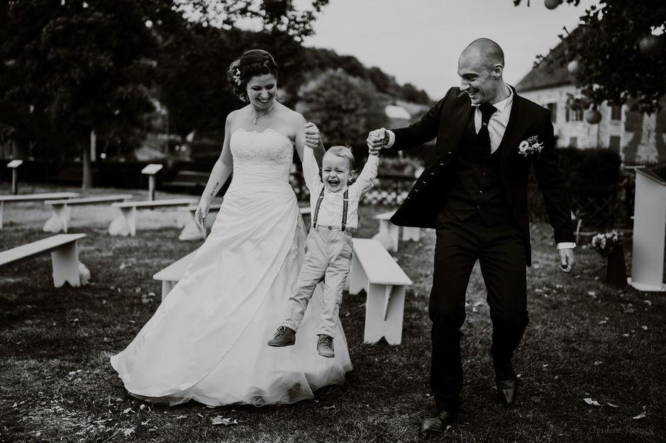 Couple de mariés et leur enfant qui jouent