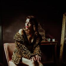 Photographe à Troyes, séance photo boudoir de femme tatouée avec fausse fourrure léopard