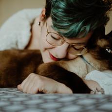 Photographe à Troyes, Portrait de femme à domicile avec son chat