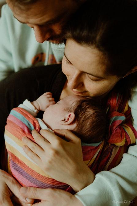 photographe,troyes,bébé,naissance,nouveau,né,famille,domicile,lifestyle,calin,portage,charlene,rose,k