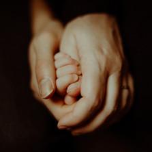 Photographe à Troyes, séance photo naissance nouveau-né mains à domicile