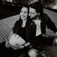 Photographe à Troyes, séance photo grossesse d'un couple rock 'n roll en noir et blanc
