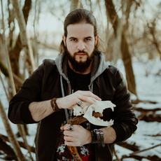 Photographe à Troyes, Portrait d'homme dans la neige avec crâne de chien