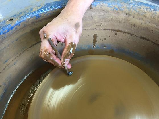 山形産の宝石めのうを手作業で研磨する様子